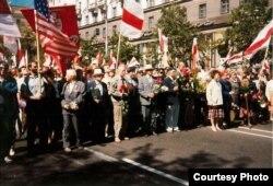Калёна БНФ, у цэнтры зь кветкамі -- Васіль Быкаў. 3 ліпеня 1994