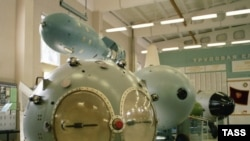 """Sovet İttifaqının ilk nüvə bombası """"РДС-1""""-in maketi Rusiya Nüvə Mərkəzində nümayiş etdirilir, 23 sentyabr 2003"""