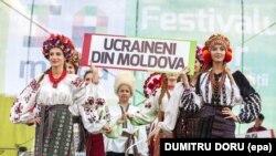 Представлення традиційного українського народного одягу в Молдові на фестивалі «IaMania». На плакаті напис: «Українці з Молдови». Село Голлеркані, що за 52 кілометри на північний схід від Кишинева, 9 липня 2016 року