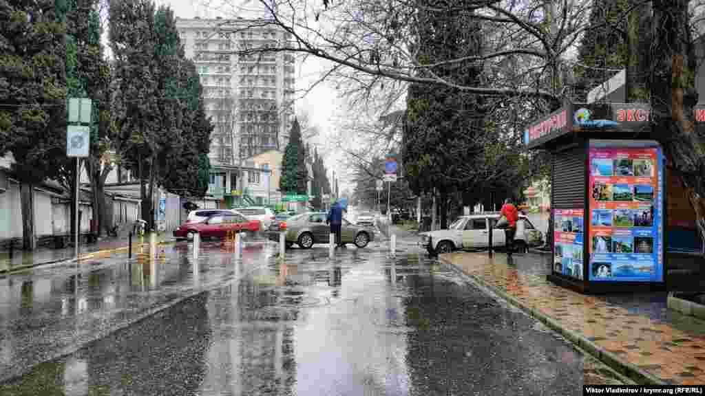 Как выглядит дождливая Алушта в воскресный день февраля, смотрите в фотогалерее.