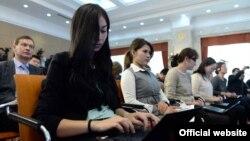 Президент Алмазбек Атамбаевдин жылдык маалымат жыйынына барган журналисттер. 24-декабрь, 2015-жыл