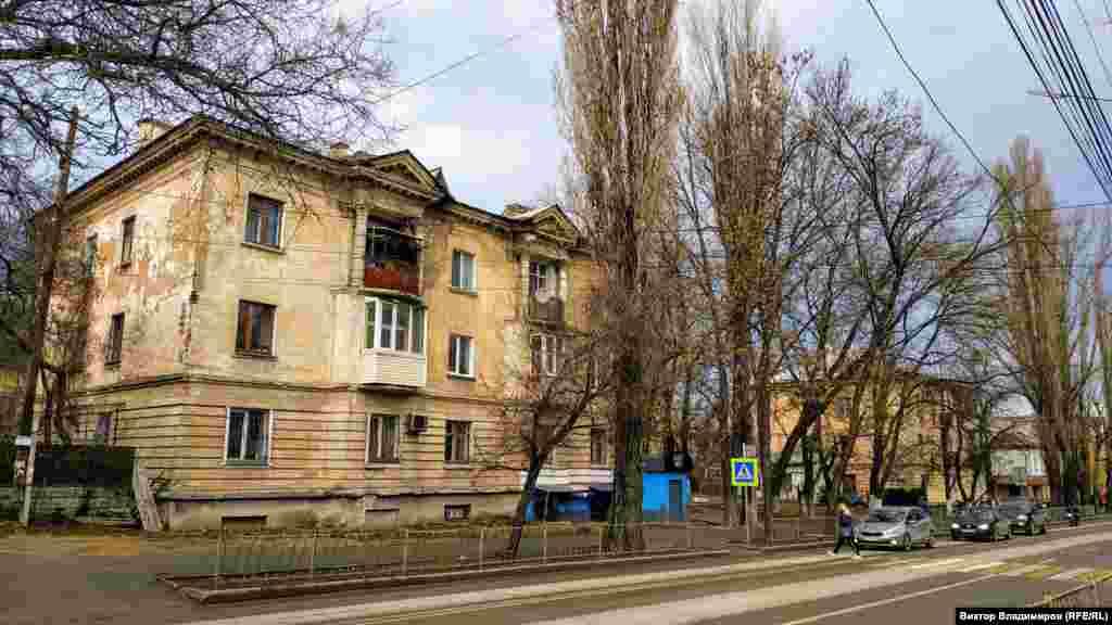 Или обшарпанные стены жилых домов
