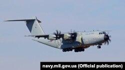 Британский военно-транспортный самолет доставил в Одессу морской спецназ и его снаряжение. Фото пресс-службы ВМС Украины