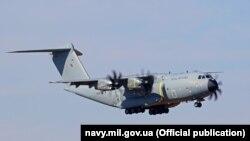 Британський військово-транспортний літак доставив в Одесу морський спецназ і його спорядження. Фото прес-служби ВМС України