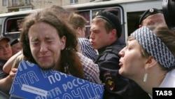 Сторонница ортодоксального христианства плюет в лицо защитнице прав геев во время митинга у здания Госдумы. Москва, 11 июня 2013 года.