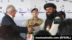 ګورنر محمد خان اڅکزی د تعلیم پخواني وزیر عبدالواحد صدیقي ته شیلډ ورکړي