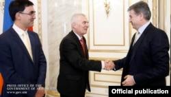 Премьер-министр Армении Карен Карапетян (справа) приветствует главу делегации ЕС в Армении, посла Петра Свитальского (в центре)