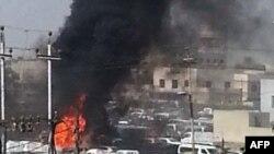 Облако черного дыма над местом взрыва в Ираке.