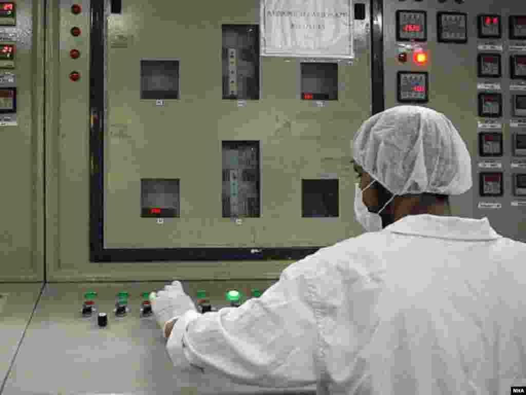 علی لاريجانی، دبير شورای عالی امنيت ملی ايران خبر داده که ايران با آژانس همکاری می کند و بازرسی ها از تاسيسات هسته ای ايران ادامه دارد.