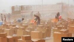 Анбар провинциясындагы качкындар лагерине жеткирилген азык түлүк жардамы. Фэллужа жана Рамади шаарларынын ортосундагы ал-Хабания лагери. 12-апрель 2015