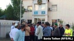 Сторонники Исрафила Баги перед зданием суда, где рассматривается жалоба Баги на привлечение его к административной ответственности «за регистрацию не по месту проживания». Жанаозен, 2 июня 2017 года.