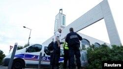 Сотрудники французской полиции в пригороде Парижа. 29 июня 2017 года.