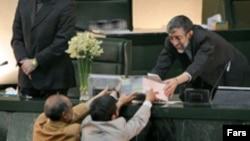 محمود احمدی نژاد هم سال گذشته و هم امسال، لایحه بودجه را با تاخیر به مجلس برد.