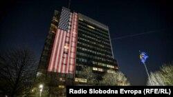 Američka zastava istaknuta na zgradi Vlade Kosovo u Prištini, 11. aprila 2020.