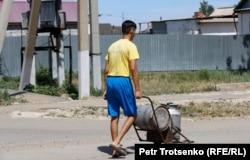 Қоларбамен ауызсу тасып жүрген жігіт. Қызылсуат ауылы, Ақмола облысы. 10 маусым 2020 жыл.