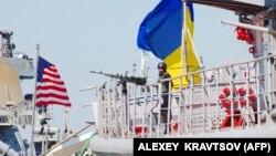 Фрегат ВМС України «Гетьман Сагайдачний» та есмінець США USS Donald Cook під час міжнародних навчань «Сі Бриз-2015». 1 вересня 2015 року