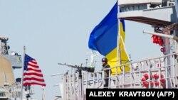 Фрегат ВМС Збройних сил України «Гетьман Сагайдачний та есмінець ВМС США «Дональд Кук» під час минулорічних військових навчань «Сі Бриз-2015». Вересень 2015 року