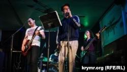 Выступает крымскотатарская панк-рок-группа Shatur-Gudur