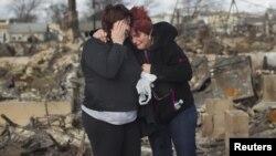Жители Нью-Йорка у развалин дома