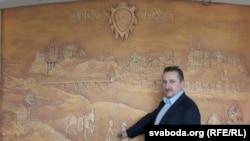 Анатоль Кулікоў на фоне сваёй хатняй сьцяны