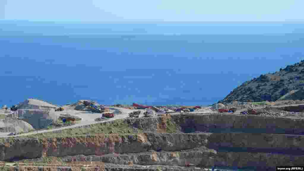 У Псилерахському кар'єрі розробка ведеться поруч із обривом. Відвали породи засипали Василеву балку, що виходить до моря і є популярним місцем відпочинку балаклавців