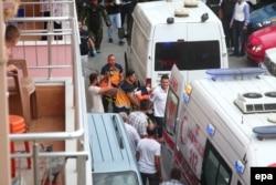 Медики несуть поранену нападницю, Стамбул, 10 серпня 2015