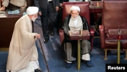 Ахмад Жәннати (сол жақта) Иран эксперттер кеңесі жиынында. Тегеран, 24 мамыр 2016 жыл.