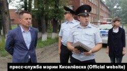 Мэр Киселёвска Максим Шкарабейников и сотрудники полиции