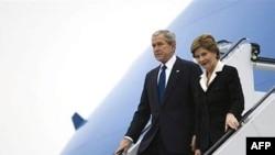 جرج بوش به همراه لورا بوش روز سه شنبه وارد بخارست شد. عکس از AFP