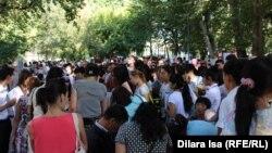 Люди, пришедшие на ярмарку вакансий в Шымкенте. 24 августа 2016 года.