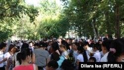 Люди на ярмарке вакансий в Шымкенте. Иллюстративное фото. 24 августа 2016 года.