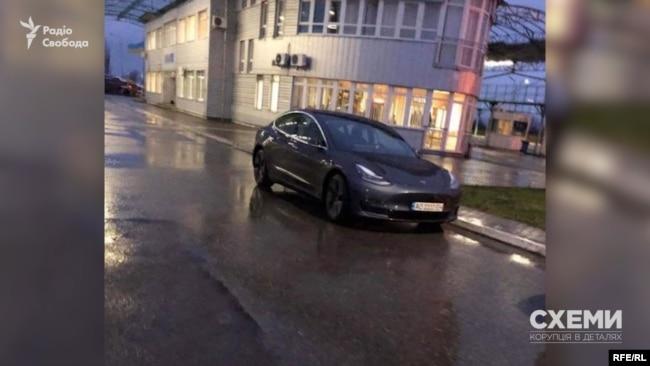 Біля митного посту «Ужгород» часто можна побачити автомобіль Tesla Олени Стрічик – дружини заступника начальника митного посту Закарпатської митниці ДФС