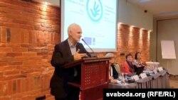 Праваабаронца Алесь Бяляцкі выступае на форуме