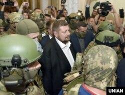 Народний депутат від фракції «Радикальної партії» Ігор Мосійчук в оточенні співробітників СБУ йде до виходу з будівлі Верховної Ради. Київ, 17 вересня 2015 року
