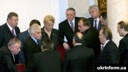 Лідер блоку свого імені Володимир Литвин (у центрі) проводить нараду з однопартійцями під час засідання Верховної Ради України 2 грудня 2008 року.