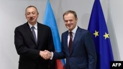 Ильхам Алиев (слева) и Дональд Туск. Брюссель, 6 февраля 2017 года.