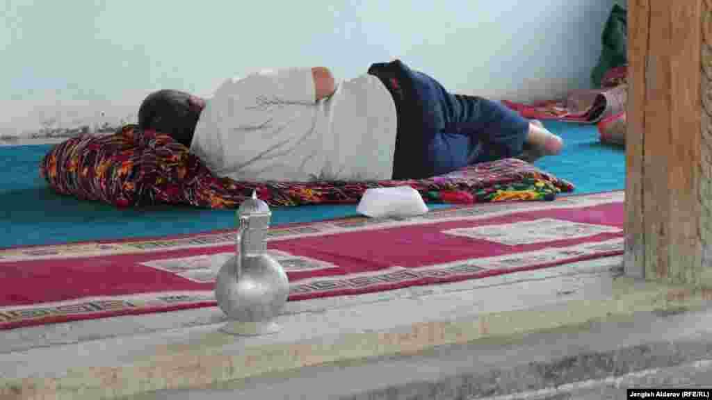 """Прихожанин отдыхает после пятничной молитвы в мечети """"Нуъмон"""" в Баткене"""