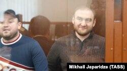 Рауф Арашуков и его кузен Руслан в суде