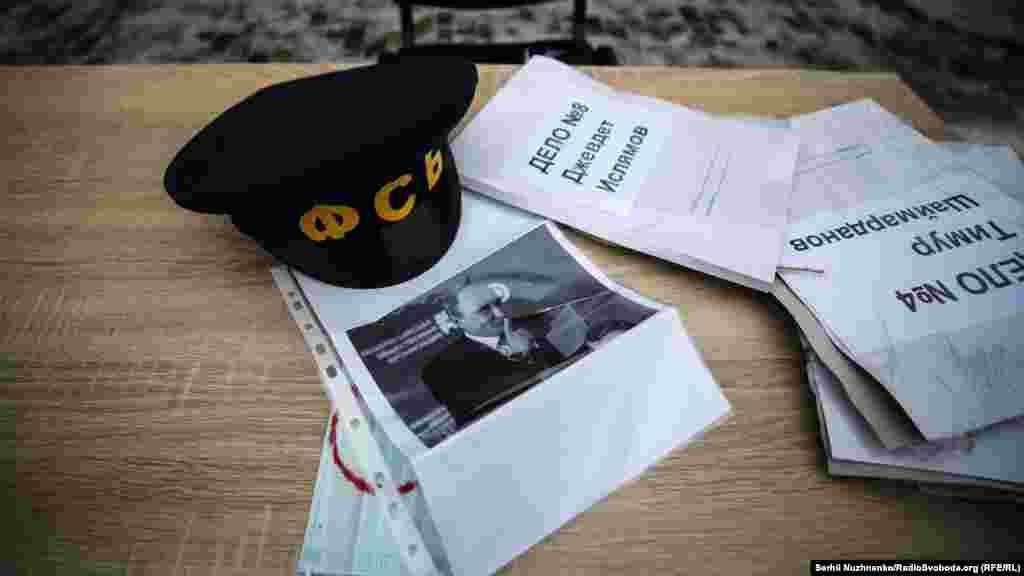 Кожного разу, коли «слідчий» брав папку в руки, він одягав маску, що символізувала заборону на поширення інформації
