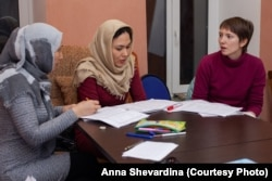 Apakhonchich (right) teaches Russian as a foreign language in courses for refugee and migrant women and students.