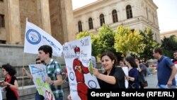 Среди выстроившихся на ступеньках перед зданием парламента сотрудников «Маэстро» не было ни владельцев, ни руководителей телекомпании