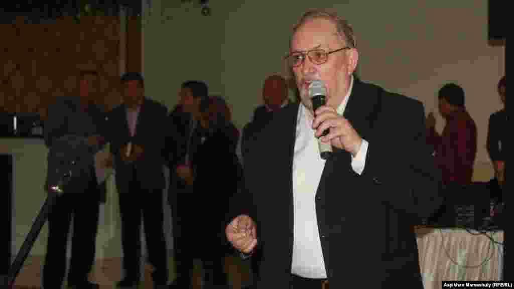 Композитор Владимир Питерцев ас кезінде сөйлеп тұр.