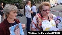 Участницы акции у администрации президента Украины