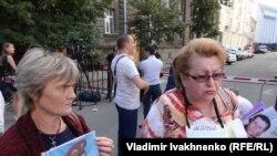 Участники акции протеста Надежды Савченко по освобождению граждан Украины, взятых в заложники пророссийскими сепаратистами.