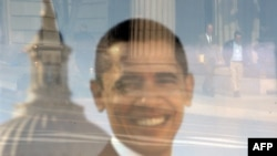 АҚШ-тың жаңадан сайланған президентінің қызметке кірісу рәсіміне дайындық кезіндегі терезелердің біріндегі Барак Обаманың суреті. Вашингтон, 14 қаңтар 2009 жыл.