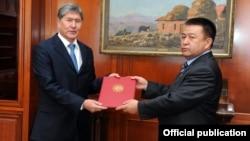 Президент Алмазбек Атамбаев менен КСДПнын лидери Чыныбай Турсунбеков