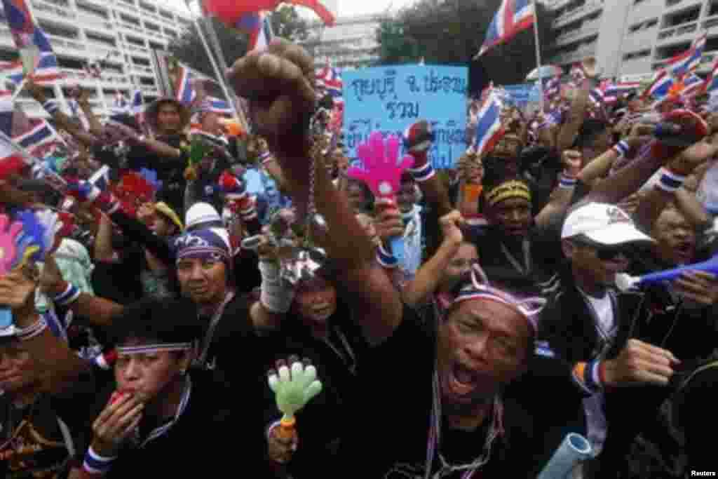 В столице Таиланда на этой неделе продолжились массовые антиправительственные демонстрации. Их участники требуют отставки премьер-министра Йинглак Чинават и выступают против влияния на политику страны ее брата - экс-премьера миллиардера Таксина Чинавата. Их обвиняют в насаждении коррупции и подрыве монархии. 25 ноября участники антиправительственной демонстрации заняли несколько зданий государственных ведомств. Правительство объявило о введении в Бангкоке чрезвычайного положения.