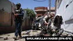 Сотрудник сил безопасности Афганистана (слева). Иллюстративное фото.