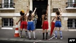 Протест проти проведення Євро-2012 активістки FEMEN висловлювали, зокрема, й біля українського посольства у Франції