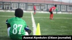 Кыргызстандык жаш футболчулардын оюну. Архивдик сүрөт.